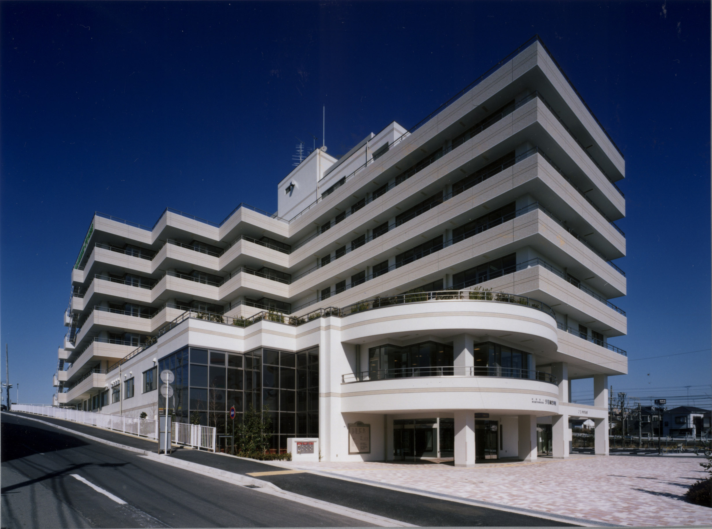 当院は横浜や東京、羽田空港等にアクセスしやすい川崎駅から1つ目のJR尻手(しって)駅下車、徒歩7分のところにあります。