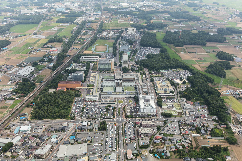 広大なキャンパスは東京ディズニーランドとほぼ同じ面積!教育研究機関として圧倒的な施設・設備を誇ります。 JR自治医大駅もすぐ近くで東京までも乗換なしで便利。大学内には、寮、コンビニ、スタバ、郵便局、銀行、レストランなどがあり快適な生活環境です。