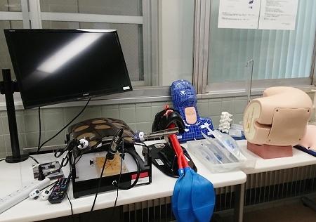 メディカルシミュレーションセンター以外にも、研修医用の勉強室にシミュレータが設置されています。