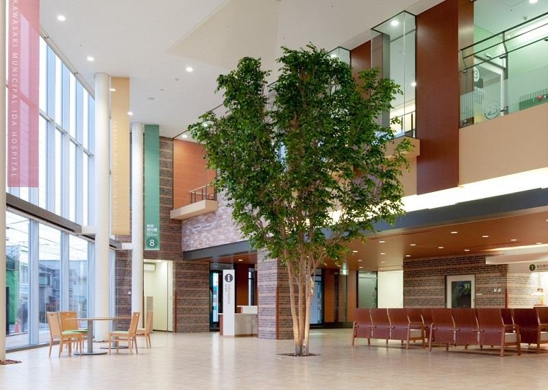1、2階吹き抜けのエントランスは自然光を取り入れ、暖かくてゆったりとした空間になっています。木のぬくもりを感じさせるシンボルツリーを中央に設置しています。