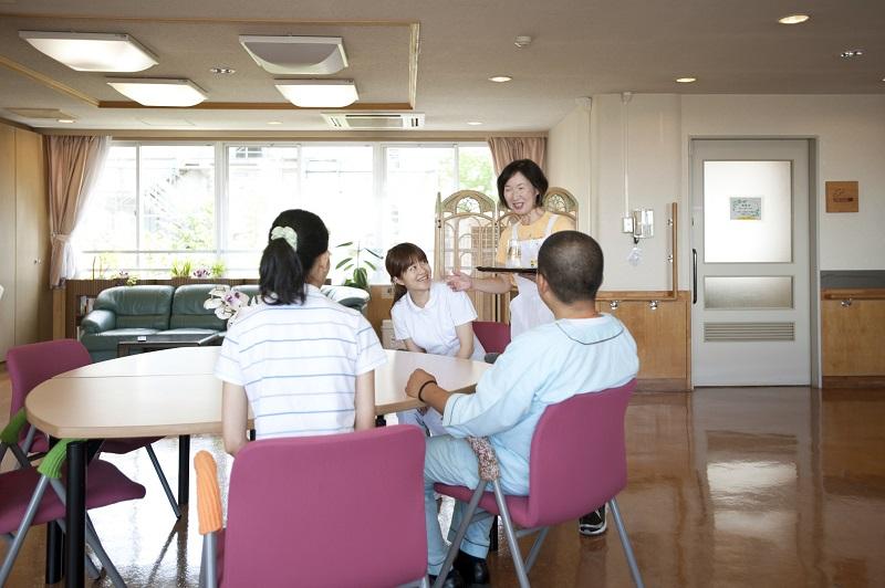 緩和病棟のラウンジ「サンルーム」には家族の方のためのキッチンがあります。